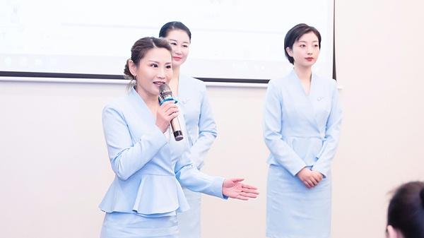 高级礼仪培训师认证班上台讲话照片