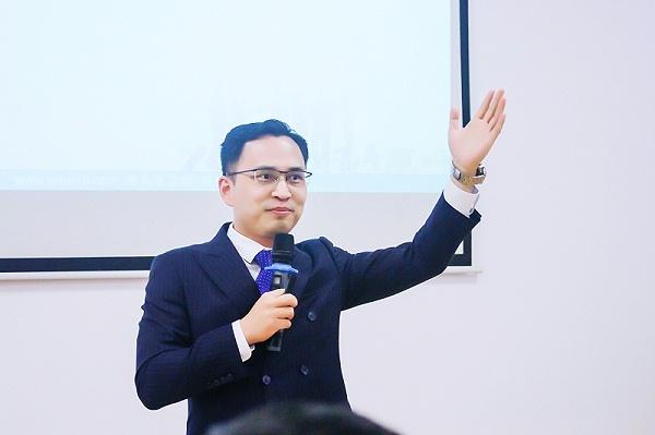 礼仪培训行业实战专家王新老师企业培训授课照片