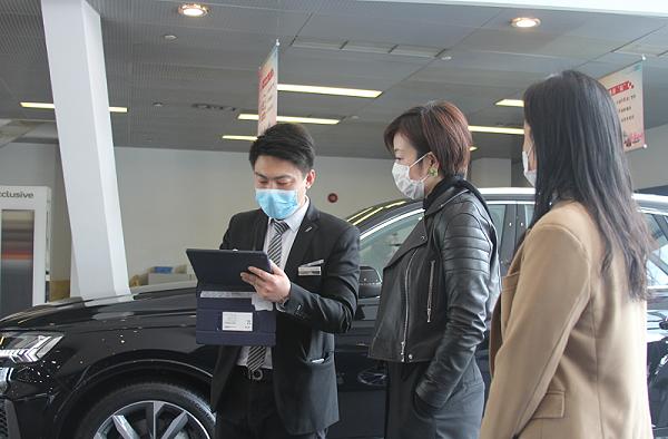 汽车行业服务礼仪调研过程中,礼仪师胡老师和李老师在模拟客户咨询