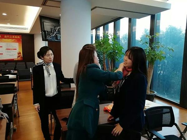 修齐礼仪研究院之中国进出口银行三八节丝巾搭配礼仪专题培训活动