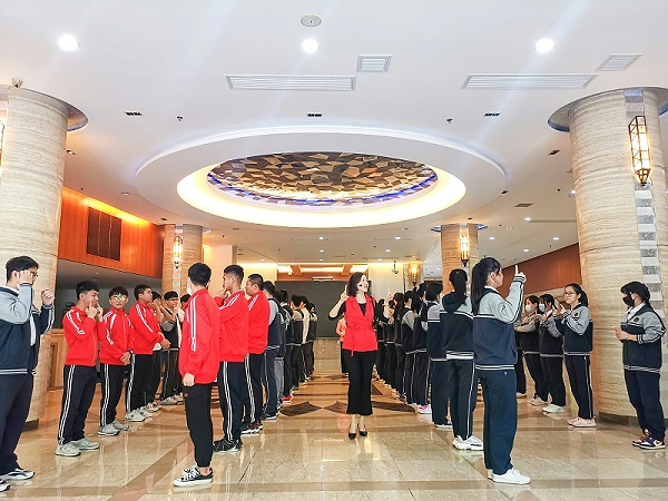 上海市现代职业技术学校进博会《服务礼仪培训班》完美落幕
