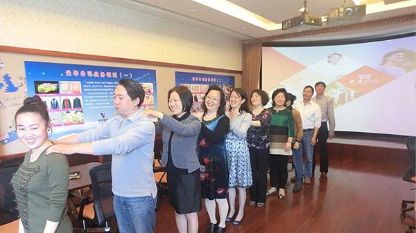 修齐礼仪赴上海外国语学校开讲淑女礼仪课堂
