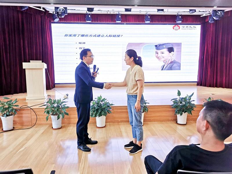 颛桥镇居委物业服务礼仪培训.jpg