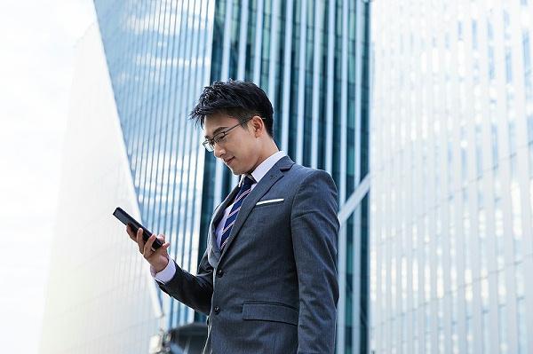 商务男士手机沟通礼仪.jpg