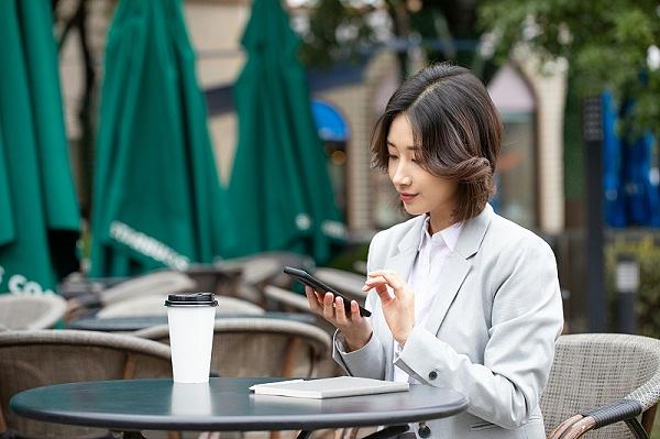 商务女士用手机微信沟通礼仪规范